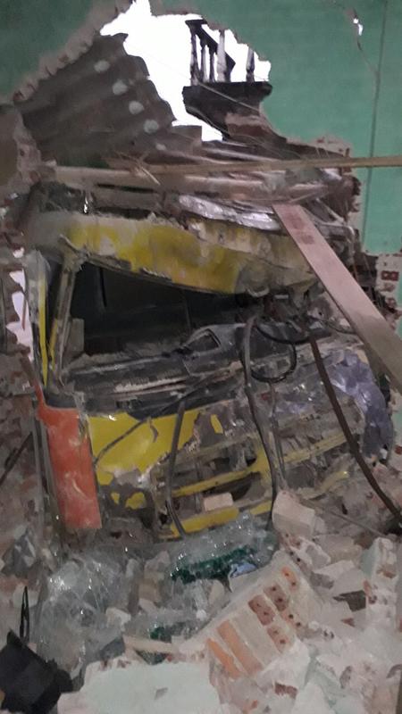 Tường nhà đổ sập, nhiều tài sản hư hỏng. Ảnh: Lam Sơn.