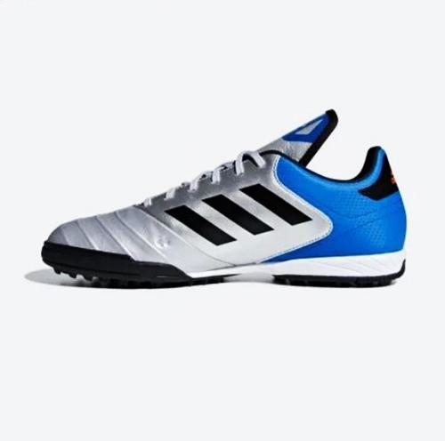 Mẫu Adidas Copa Tango 18.3 sử dụng bề mặt da thật cho nửa trên thân giày, đem đến sự thoải mái cho đôi chân trên mỗi bước chạy. Thiết kế với phong cách khỏe khoắn, phối ba tông màu đồng điệu (xanh da trời, bạc và đen). Phần đế xẻ rãnh giúp bám chắc khi vận động trên mọi loại địa hình. Sản phẩm đang giảm 24% trên Shop VnExpress, còn 1,79 triệu đồng (giá gốc 2,35 triệu đồng).