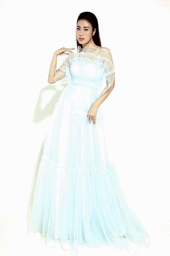 Trang phục may bằng chất liệu vải voan mỏng, mát, bồng bềnh với kiểu dáng điệu đà, nữ tính hợp với vẻ đẹp và tính cách của giọng ca 9X.