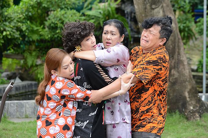 Phi Phụng (thứ 2 từ trái sang) và Thanh Thủy (thứ 3 từ trái sang) trong một vở kịch hợp tác chung.