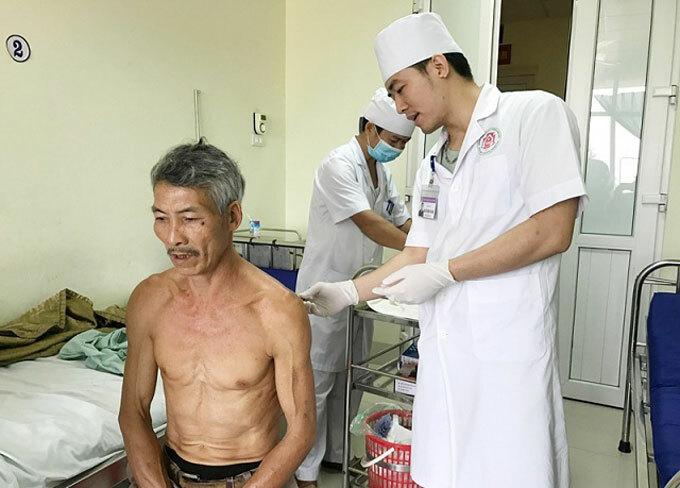 Ông Cảnh được hàng xóm đưa đi cấp cứu, sau khi bị Nghĩa dùng dao đâm vào lưng tối 21/11.