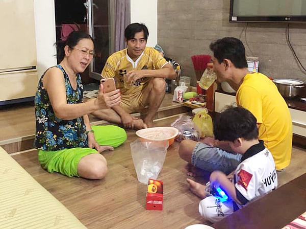 Thanh Bình và con trai ngồi ăn uống cùng mẹ Ngọc Lan.