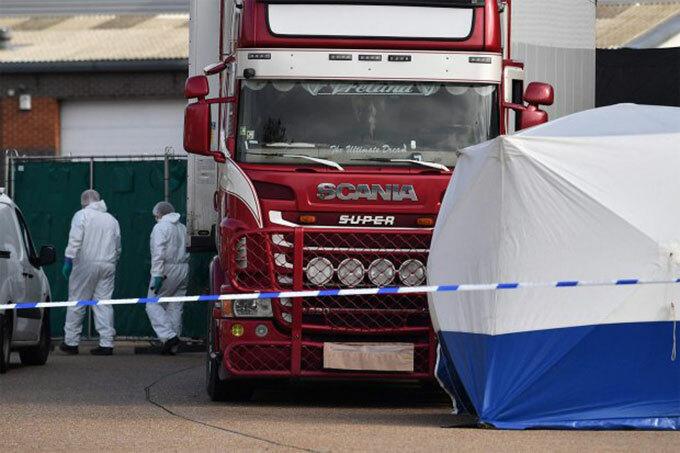 Chiếc xe tải chở 39 thi thể người Việt được khám xét tại khu công nghiệp ở thị trấn Grays, hạt Essex hôm 23/10. Ảnh: PA.
