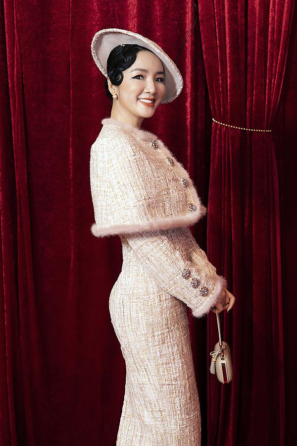 Hoa hậu Giáng My chọn phong cách cổ điển, sang trọng. Chị vừa đón tuổi 48 cách đây ít ngày.