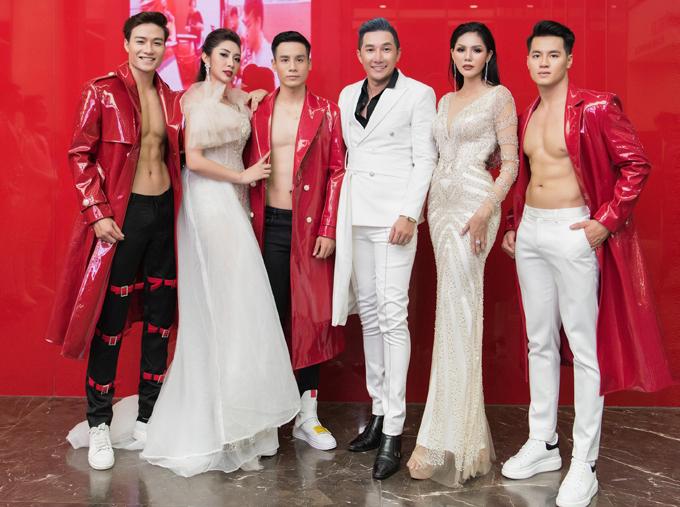 Đặng Thu Thảo cùng Nam vương Cao Xuân Tài (thứ ba từ trái qua), người mẫu Nam Phong (vest trắng), Á hậu Biển xanh Kim Nguyên (thứ hai từ phải qua) và một số người mẫu trình diễn thời trangtại sự kiện tối 24/11.