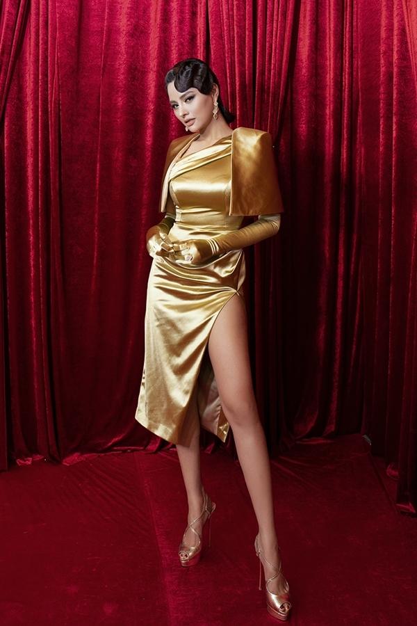Vũ Thu Phương diện bộ váy ánh kim nổi bật, khoe chân thon.