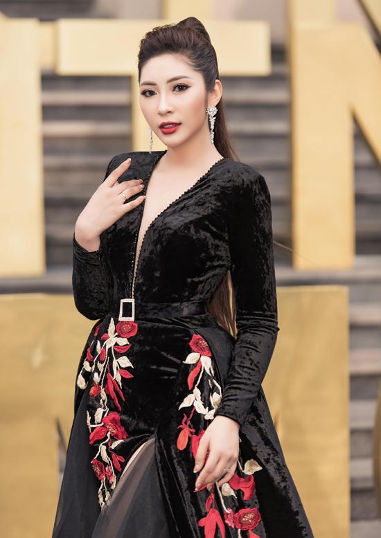 Đặng Thu Thảo diện váy nhung dự gala All Stars - Vietnam Fitness Model tổ chức ở Đại học Quốc tế Hồng Bàng TP HCM. Tròn một năm kể từ khi lấy chồng và về miền Tây sống Hoa hậu Đại dương 2014 mới trở lại làng giải trí.