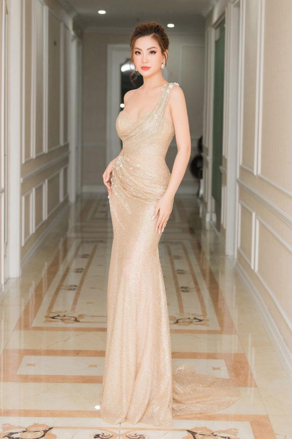 Nam stylist cũng khen ngợi diện mạo của á hậu Diễm Trang: Chiếc váy ánh kim lệch vai vốn đã nổi bật nên Trang khéo léo tiết chế trang sức đi kèm, tạo nên tổng thể hài hòa, gợi cảm.