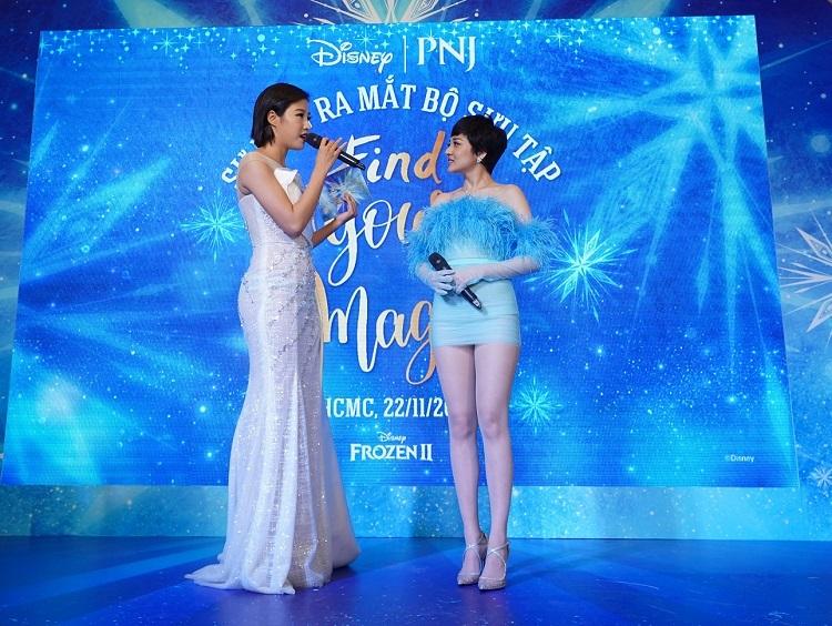 Lấy cảm hứng từ vẻ đẹp của Nữ hoàng băng giá Elsa, ca sĩ Bảo Anh chọn thiết kế đầm ôm body khoe vóc dáng quyến rũ cùng đôi chân nuột nà. Chi tiết cúp ngực, đính lông vũ tông màu xanh thạch anh góp phần tôn lên làn da trắng và bờ vai gầy của ca sĩ. Bảo Anh tự hào chia sẻ đây là lần đầu tiên cô mạo hiểm hóa thân thành Elsa nhân dịp bộ phim Frozen II công chiếu. Bộ cánh lấy cảm hứng từ nhân vật cổ tích cô yêu mến vì cảm thấy có nhiều điểm chung với mình ở sự mạnh mẽ, cá tính. Bảo Anh tin rằng có nhiều cô gái ngoài kia cũng yêu thích những nhân vật của Disney vàao ước được hóathân thànhphiên bản của họ nhưng mang khí chất đương đại và thời trang hơn.