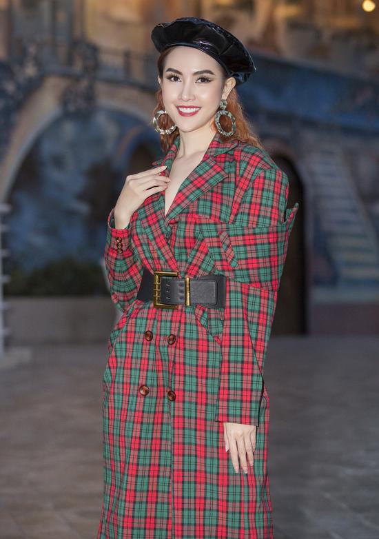 Hoa hậu Phan Thị Mơ xinh tươi với trang phục phong cách thập niên 80 của nhà thiết kế Lương Việt Thảo.