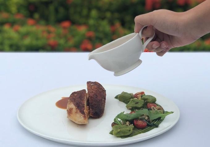 Thực đơn nhà hàng chủ yếu các món chế biến dựa trênẩm thực Địa Trung Hải phong phú. Vị bếp trưởngRomain Dupeyrevớikinh nghiệm nhiều năm làm việc tại các nhà hàng Michelin ở Thượng Hải, Paris..., có thể tạo ra các món ăn đặc trưng của nhiều vùng nhưMykonos (Hy Lạp), Nice (Pháp), Rome (Italy), Barcelona (Tây Ban Nha), Tunis (Tunisia) và Beirut (Liban).