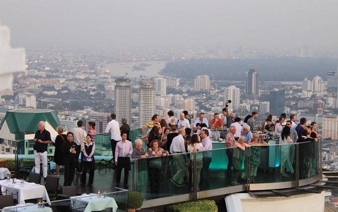 Nhà hàng mở cửa từ 18h đến 1h sáng hôm sau. Thời điểm này, bạnĐịa chỉ: Tầng 63, State Tower Bangkok, Silom, Bangrak, Bangkok.