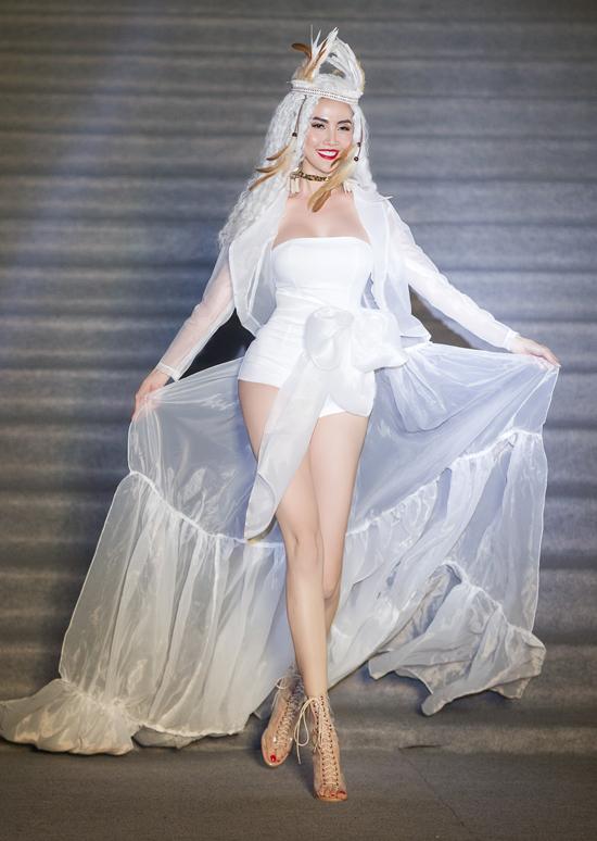 Phan Thị Mơ làm vedette diễn sưu tập thời trang gam trắng.