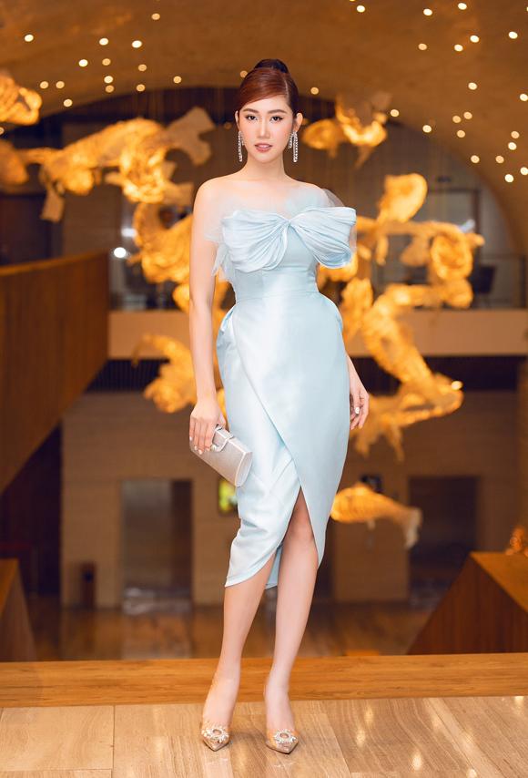 Thiết kế màu xanh pastel ngọt ngào, dựng phom khéo léo giúp diễn viên Gạo nếp gạo tẻ Thúy Ngân thêm cuốn hút tại sự kiện sáng 22/11.