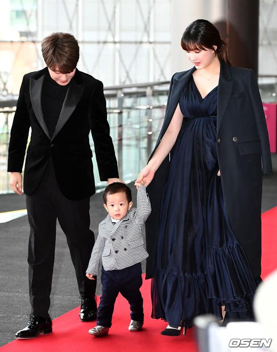 Vợ chồng Choi Min Hwan và con trai.