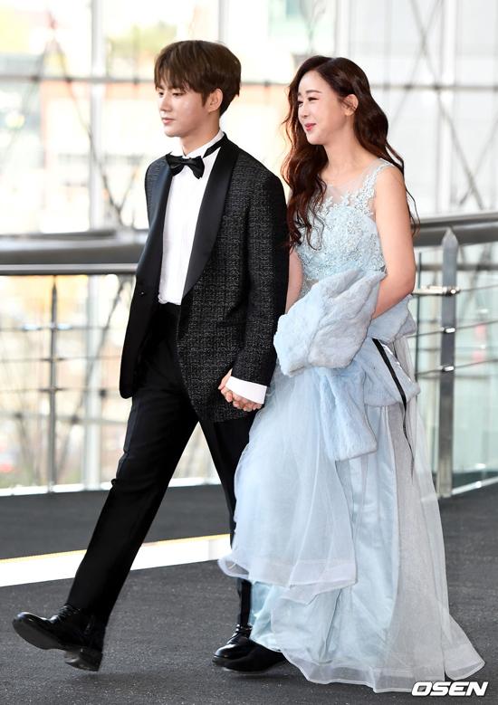 Ham So Won và chồng -doanh nhân Jin Hua dự Lễ trao giải Ngày tiêu dùng lần thứ 24 tổ chức tại khu Samsung-dong, Seoul. Hai vợ chồng tay trong tay nhau trên thảm đỏ. Chênh lệch 18 tuổi nhưng hai người trông rất xứng đôi vừa lứa.