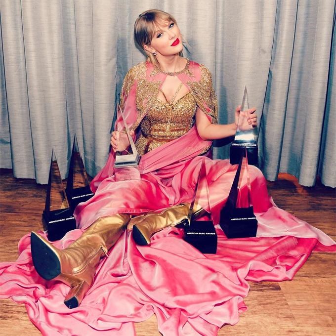 Taylor Swift ôm 6 cup sau lễ trao giải.