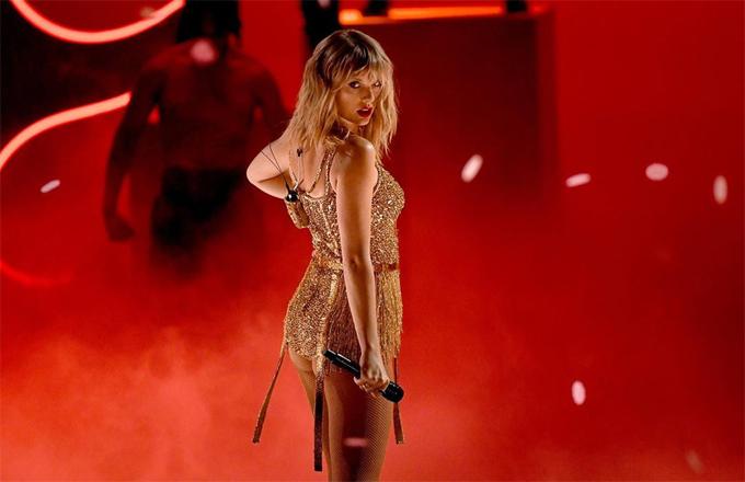 Taylor biểu diễn trên sân khấu AMAs.