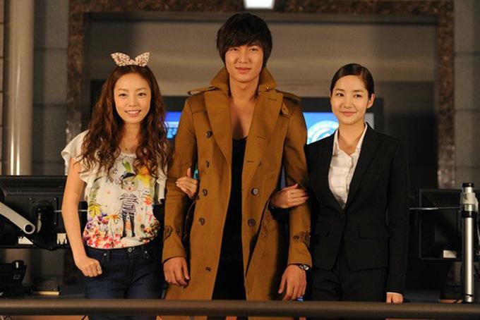 Ngoài tài sản đến từ việckinh doanh bất động sản, Goo Hara còn có thu nhập từ bán đĩa nhạc, đóng phim truyền hình. Cô tham gia một số bộ phim nổi tiếng như: City Hunter, Secret Love và It's Okay, That's Love.Goo Hara (trái) chụp hình cùng Lee Min Ho (giữa) và Park Min Young trên trường quay City Hunter 9 năm trước. Ảnh: AllKpop.