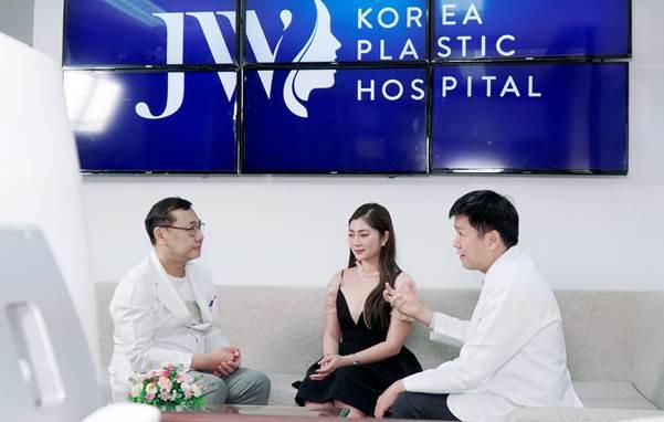Chị em xếp hàng chờ bác sĩ Hàn Quốc phẫu thuật thẩm mỹ - 1