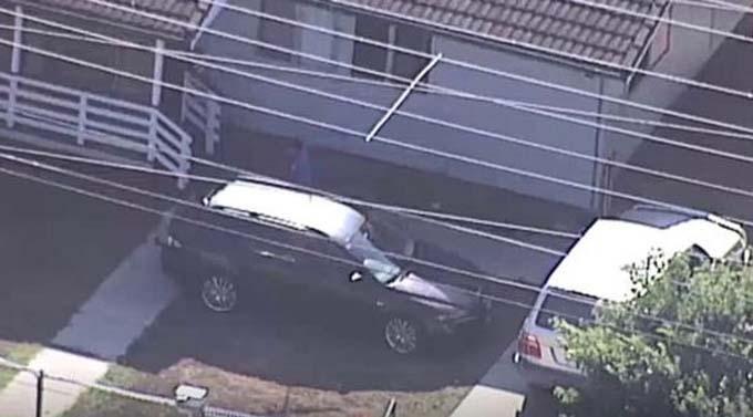 Hai đứa trẻ bị mẹ bỏ quên trong chiếc xe màu đen và tử vong vì quá nóng. Ảnh: Mirror.