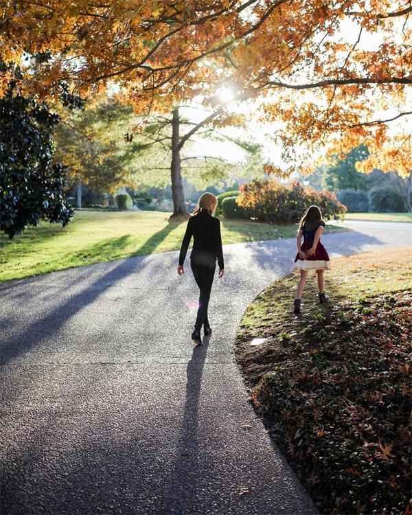 Nicole Kidman (trái) và con gái đi dạo ở vườn nhà giữa khung cảnh lá vàng thơ mộng.