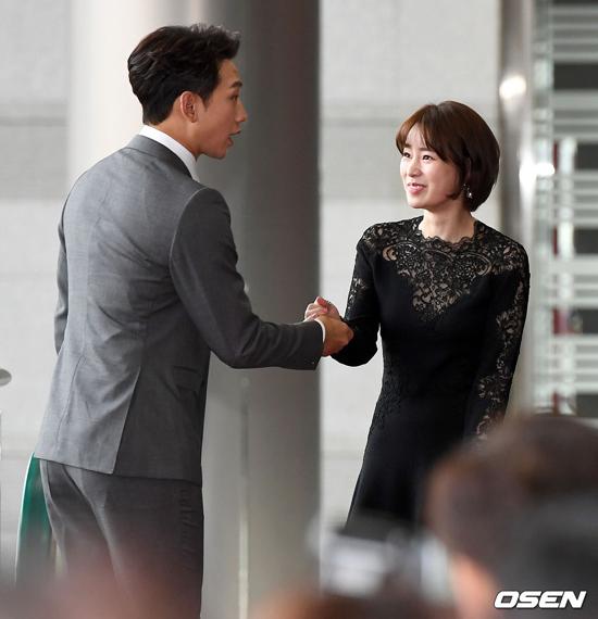 Lim Ji Yeon vui mừng khi gặp Rain - bạn diễn trong phim Welcome 2 Life.