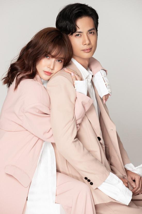 Cùng hoạt động trong lĩnh vực nghệ thuật nên gần đây Huỳnh Phương bắt đầuhỗ trợ Sĩ Thanh làm sản phẩm ca nhạc. Anh góp mặt ở MV Người dưngdo bạn gái phát hành khoảng 2 tuần trước.