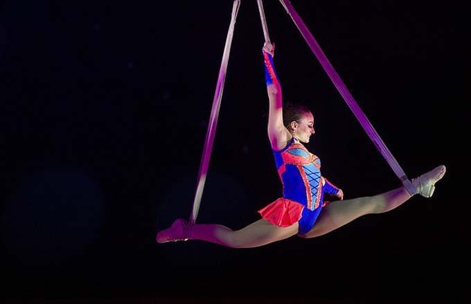 Nghệ sĩ xiếc Jackie Louise Armstrong trong một lần biểu diễn trên không. Ảnh: Zippos.