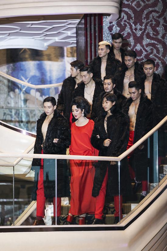 Giáng My được dàn mẫu nam hộ tống khi mở màn cho show Queen of Love của hai nhà thiết kế Vũ Ngọc và Son.