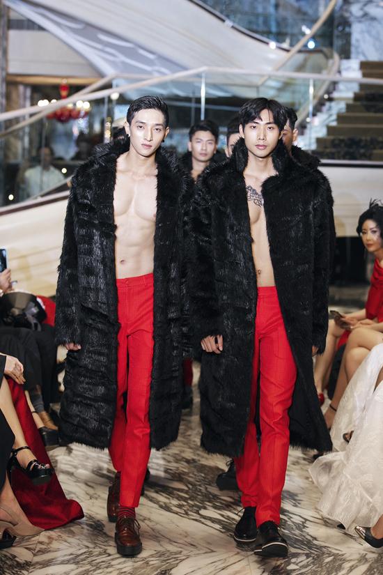 Dàn mẫu nam gồm Long Lê, Hữu Long, Mạc Trung Kiên... diện áo lông, để ngực trần, khoe bụng 6 múi khi catwalk.