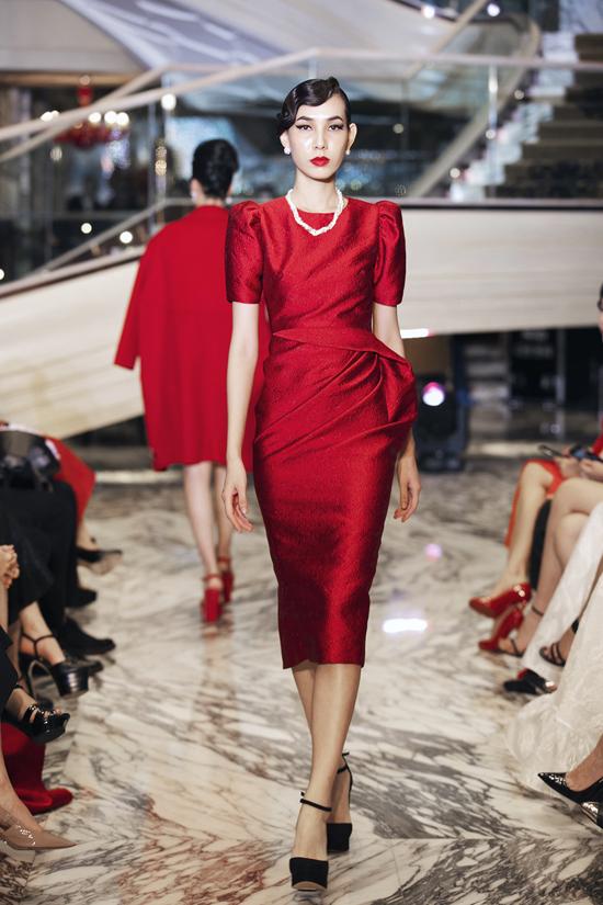 Sắc đỏ là gam màu chủ đạo được hai nhà thiết kế đưa vào cho bộ sưu tập lần này qua các thiết kế, áo cape kết hợp chân váy ôm midi, đầm bodycon, đầm lệnh vai.