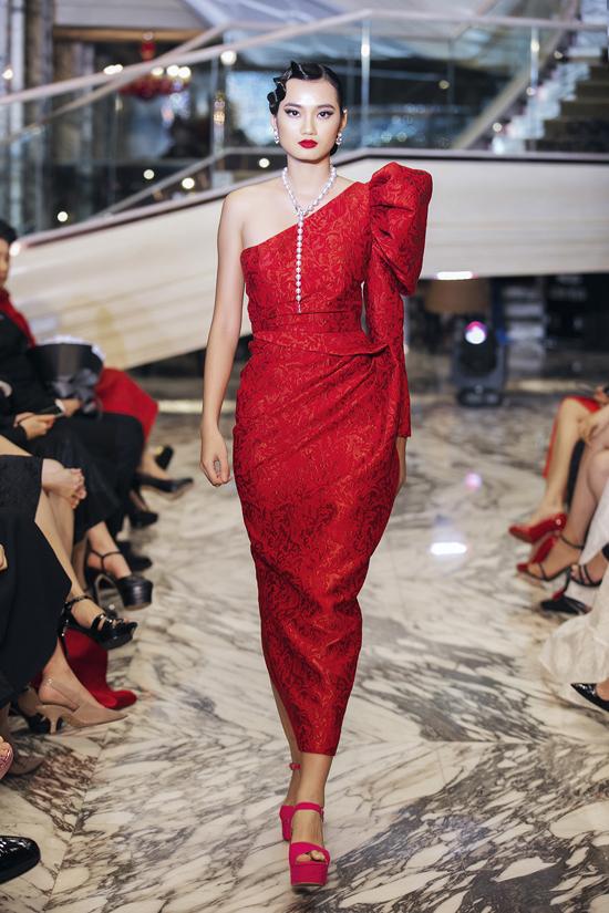 Trên trang phục đơn sắc, nhà mốt Việt tập trung cho phần dựng phom và tạo khối ấn tượng.