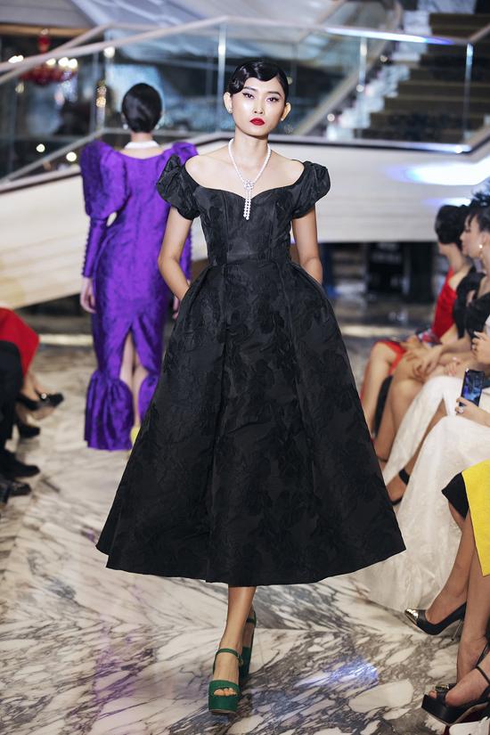 Phối hợp cùng các dáng váy mang đặc trưng của phong cách cổ điển 1960 là trang sức ngọc trang sang trọng.