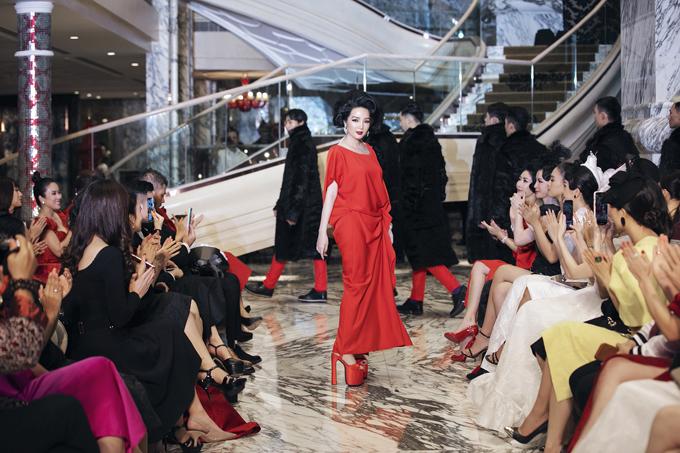 Người đẹp làm tóc cổ điển, trang điểm quyến rũ theo phong cách cổ điển khi xuất hiện trên sàn catwalk.
