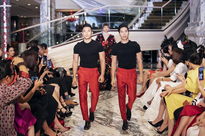 Sau màn trình diễn xiếc trên cầu thang, hai nghệ sĩ cùng tham gia trình diễn catwalk.