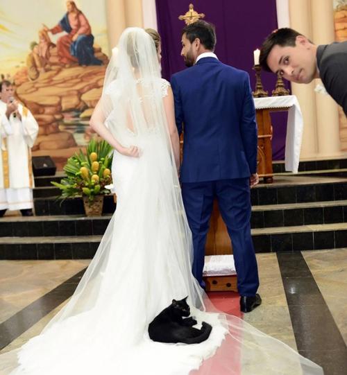 Chú mèo đen nằm lên voan cưới của cô dâu trong suốt hôn lễ diễn ra ở nhà thờ.
