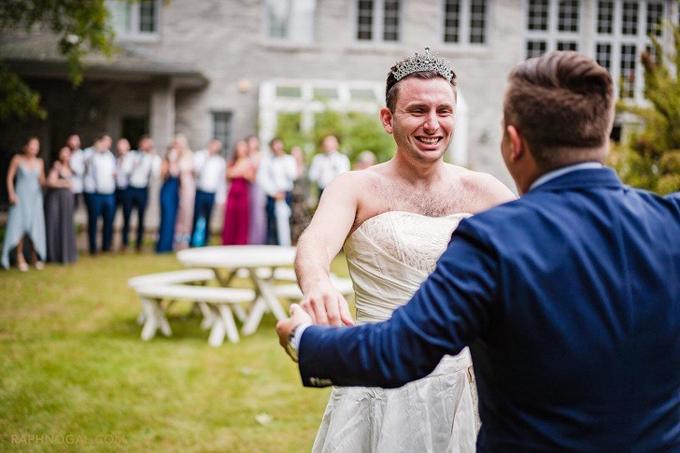 Tôi trông chờcô dâu bước tới bên mình, nhưng không, em trai tôi bỗng bước ra trong bộ đồ cô dâu, chú rể nhớ lại khoảnh khắc hài hước trong lễ cưới.