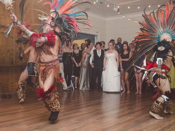 Cô dâu phiền muộn vì bố chồng thuê một đội vũ công nhảy ở tiệc cưới quá lâu, khiến cô dâu chú rểkhông có đủ thời gian khiêu vũ cùng khách mời.