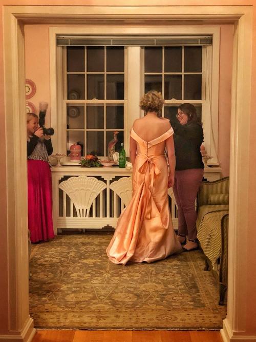 Bạn thân của chú rể sơ ý làm đổ rượu vang ra người cô dâu. Khi cô dâu đãlàm sạch váy, quay trở lại tiệc cưới thì bị bạn làm đổ cà phê. Trong hình, cô dâu đang nỗ lực làm sạch váy lần 2.