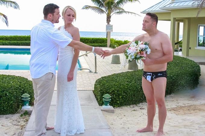 Đây là lần đầu tiên tôi được làm phù rể ở đám cưới tại biển Carribean, phù rể chia sẻ. Anh đã chọn trang phục táo bạo, chiếm tâm điểm của cặp nhân vật chính.