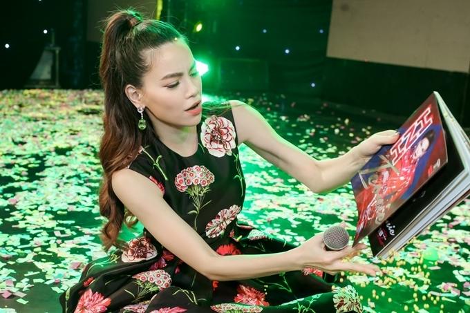Êkíp và fan bí mật thực hiện sách ảnh Iconic Hồ Ngọc Hà – ấn phẩm kỷ niệm chặng đường 15 năm ca hát cũng được ra mắt nhân dịp sinh nhật của cô.