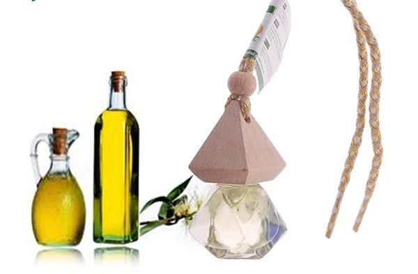 Tinh dầu Pơ mu Lorganic được chiết xuất từ gỗ, rể và cành cây Pơ mu. Bạn có thể treo xe hơi, tủ áo... để khử mùi hôi, giảm nhức đầu, say xe, phấn chấn tinh thần và thư giãn cơ thể. Sản phẩm còn thanh lọc không khí, kháng khuẩn và đuổi được muỗi, côn trùng. Nhỏ 3-5 giọt tinh dầu vào đèn xông hoặc máy khuếch tán tinh dầu để lan tỏa mùi hương mọi không gian.