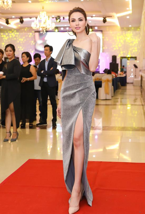 Diễm Hương được nhiều người chú ý khi về Đồng Nai dự họp báo.