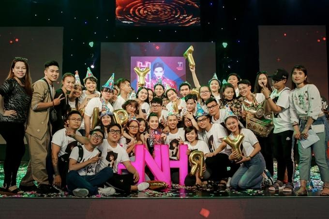 Hồ Ngọc Hà bên cạnh ê kíp và khán giả. Trước đó, nữ ca sĩ cùng bạn trai Kim Lý đón sinh nhật tại một nhà hàng sang trọng ở Bangkok.