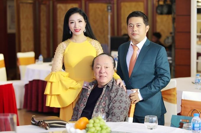 Vợ chồng Phương Nga - Nguyên Vũ bên thầy giáo cũ - NSND Trung Kiên.