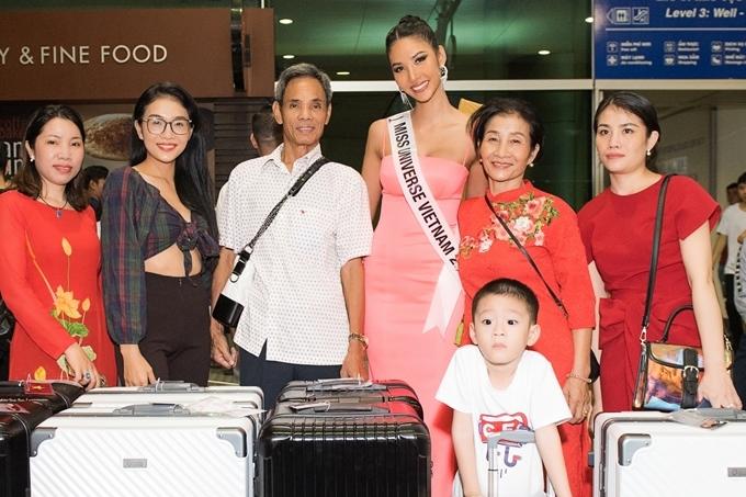 Gia đình Hoàng Thùy từ Thanh Hóa vào TP HCM tiễn cô lên đường đi thi.