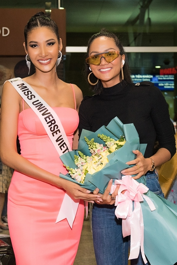 HHen Niê ra sân bay tiễn Hoàng Thùy. Trước đó, đương kim hoa hậu dành thời gian chia sẻ kinh nghiệm và đặt niềm tin Hoàng Thùy tỏa sáng, đạt thành tích cao ở Miss Universe.