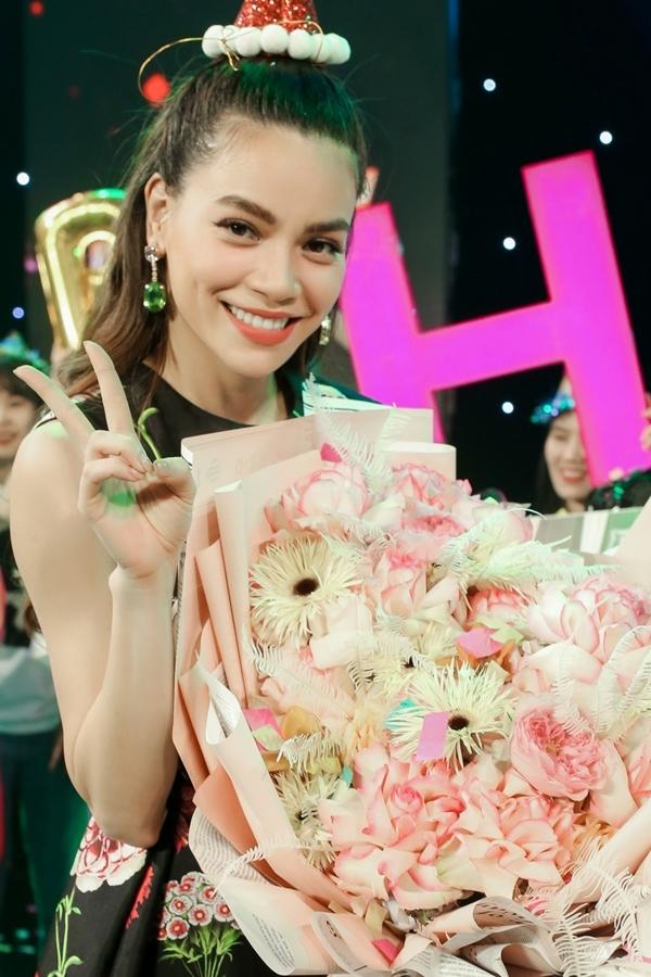 Hồ Ngọc Hà hạnh phúc nhận hoa và bánh kem từ khán giả. Bốn năm qua, côkhông tổ chức fan meeting mừng sinh nhật vì lịch trình bận rộn.