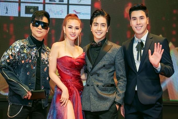 Ca sĩ Quách Tuấn Du (trái) và diễn viên Hoàng Phi Kha hội ngộ vợ chồng Thu Thủy.